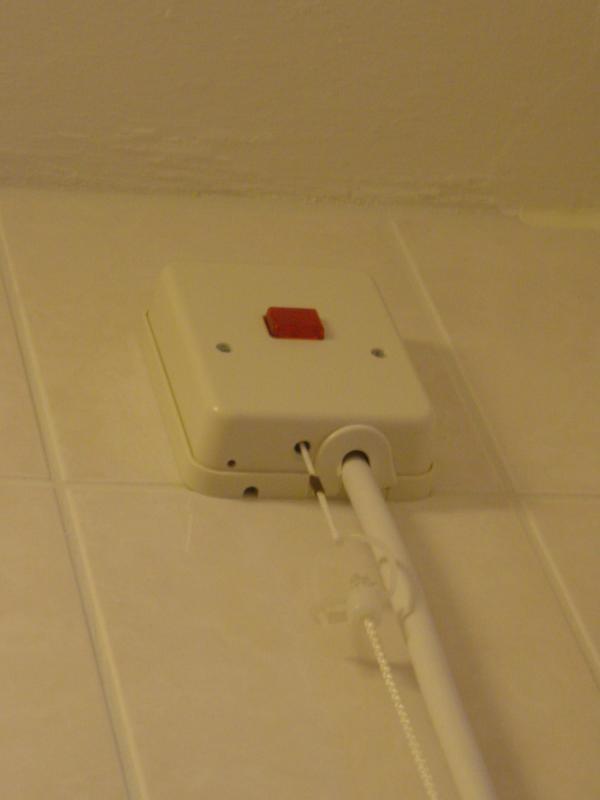 Waterdicht stopcontact voor de wasmachine waarbij de stekker er aan ...
