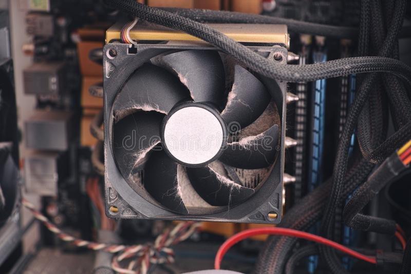 stof-op-de-koelventilator-van-cpu-binnen-een-pc-computer.jpg